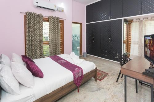 A bed or beds in a room at LikeMyHome Homestay Mysore