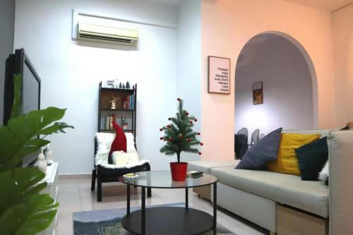 A seating area at Elegant Spacious Town House Near MRT
