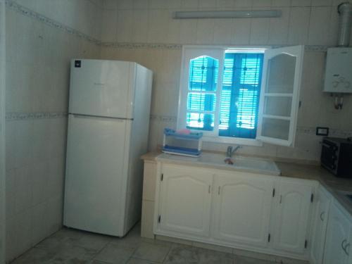 A kitchen or kitchenette at Appartement à Houmt Souk Jerba