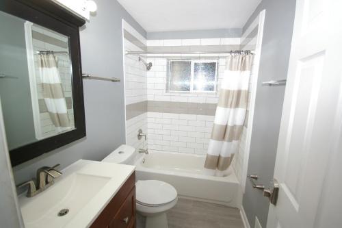 A bathroom at 1274 Woodland ave