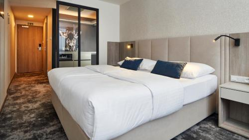 A bed or beds in a room at Orea Hotel Pyramida