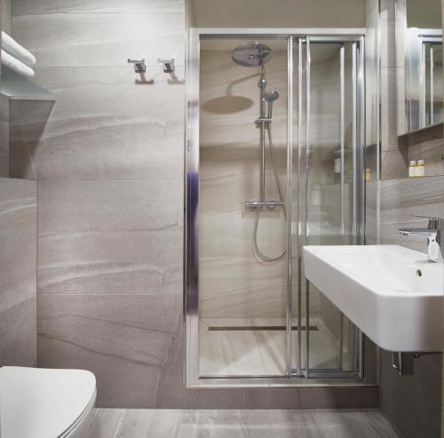 A bathroom at Orea Hotel Pyramida