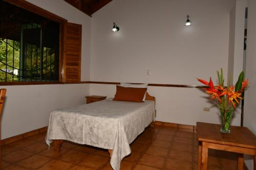 A bed or beds in a room at Hacienda Baru