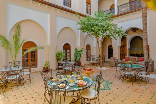 A restaurant or other place to eat at Riad Amina