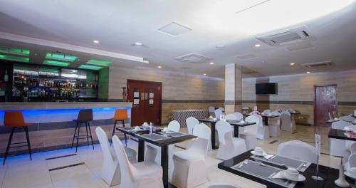 A restaurant or other place to eat at La Rose Blanche Korhogo