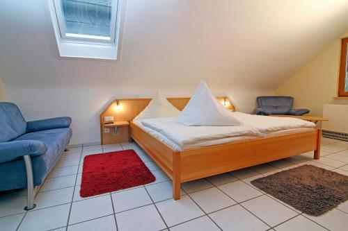 A bed or beds in a room at Zewener Hof - Garni
