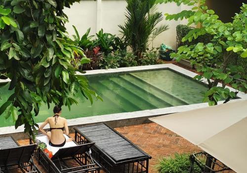 Vista sulla piscina di Villa Phra Sumen Bangkok o su una piscina nei dintorni