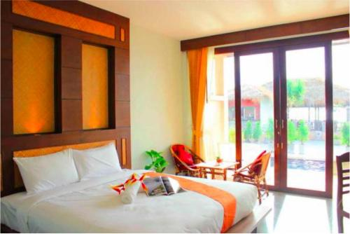 A bed or beds in a room at Peace Paradise Beach