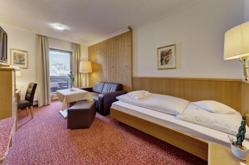 Ein Bett oder Betten in einem Zimmer der Unterkunft Bayerwaldhotel Hofbräuhaus