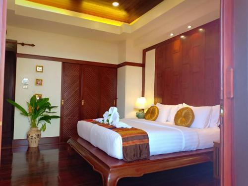 A bed or beds in a room at Baan Thai Lanta Resort