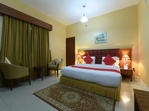 سرير أو أسرّة في غرفة في OYO 274 California Suites