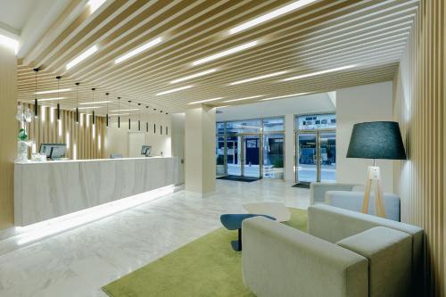 The lobby or reception area at Hesperia Murcia Centro