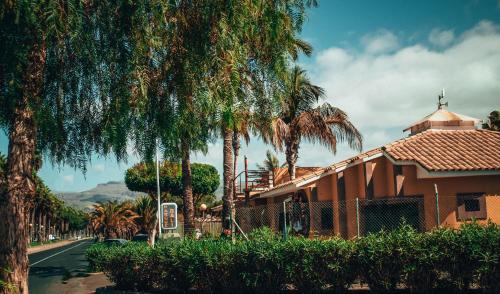 El edificio en el que está el parque de vacaciones