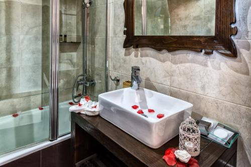 A bathroom at El Tiburon Boutique Hotel & Spa (Adults Recommended)