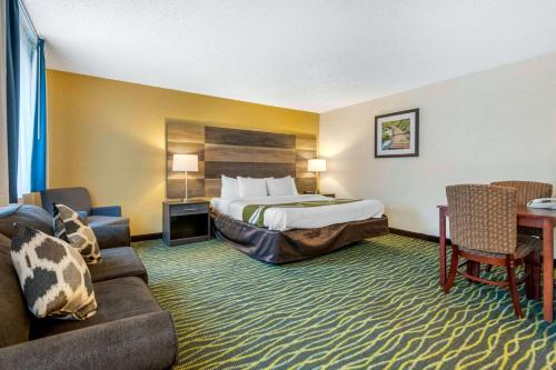 A bed or beds in a room at Quality Inn Leesburg Chain of Lakes