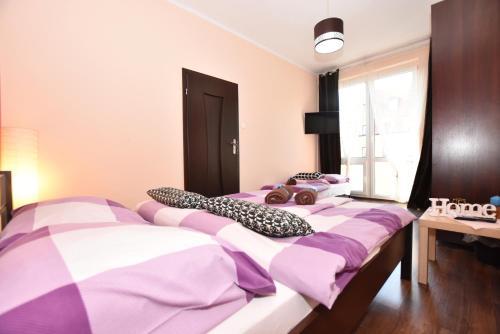 Łóżko lub łóżka w pokoju w obiekcie City Central Hostel ŚWIDNICKA