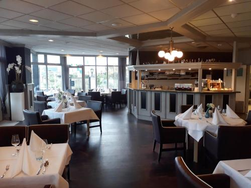 A restaurant or other place to eat at Fletcher Hotel - Restaurant Nieuwvliet Bad