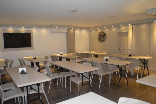 Un restaurante o sitio para comer en Hotel Roosevelt Plaza