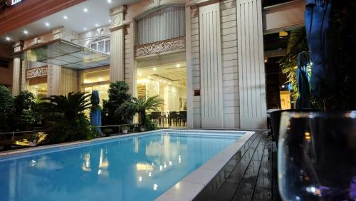 The swimming pool at or close to Le Duy Grand Hotel