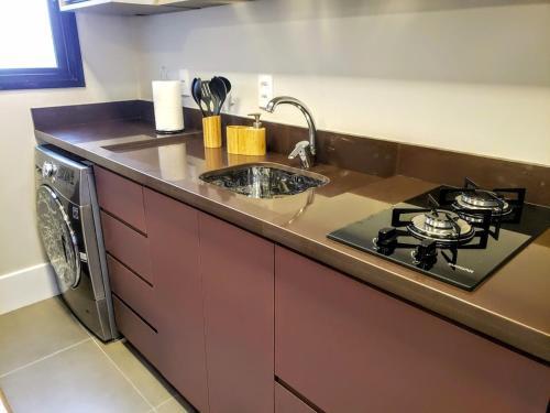A kitchen or kitchenette at Estúdio novíssimo no Menino Deus