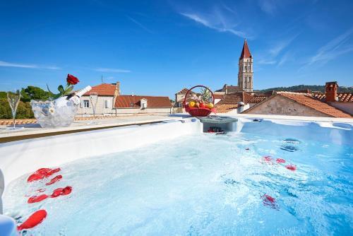 Der Swimmingpool an oder in der Nähe von Palace Derossi