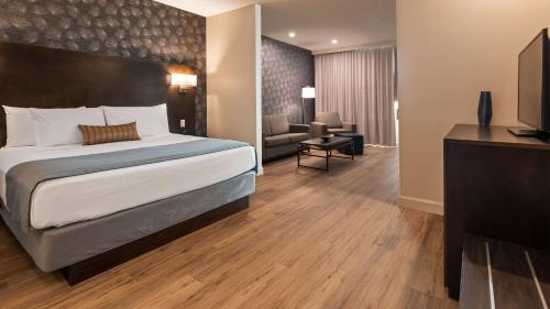 A bed or beds in a room at Best Western Plus Montreal East