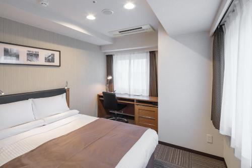 A bed or beds in a room at HOTEL MYSTAYS Kamata