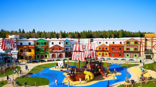A view of the pool at LEGOLAND Feriendorf or nearby
