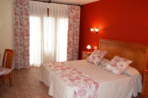 A bed or beds in a room at Hotel El Cortijo de Daimiel