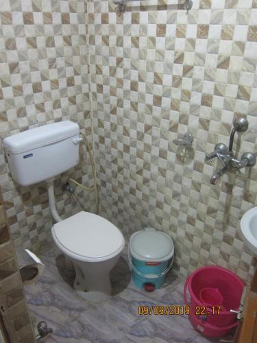 A bathroom at Kedar Guest House