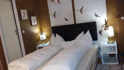 Ein Bett oder Betten in einem Zimmer der Unterkunft Privatzimmer im Gasthaus Engel