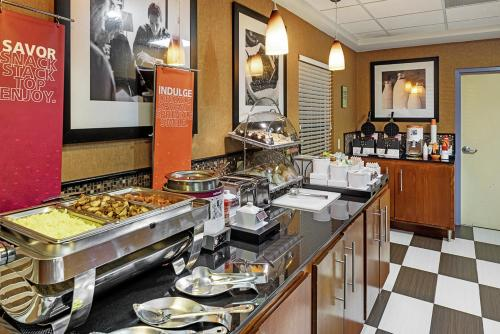 A restaurant or other place to eat at Hampton Inn Helen