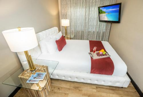 A bed or beds in a room at Metropole Suites South Beach