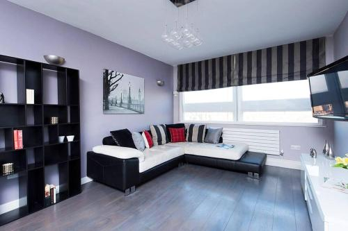 A seating area at 2 Bedroom Apartment Landward Court