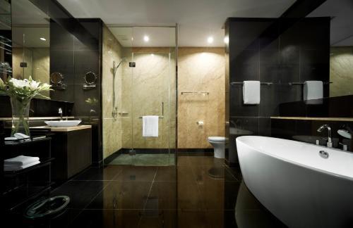 Un baño de E&O Residences Kuala Lumpur