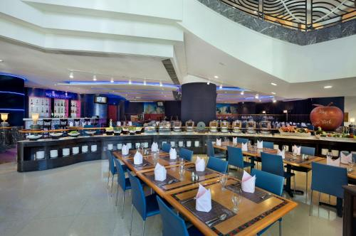 A restaurant or other place to eat at Harbour Plaza Resort City