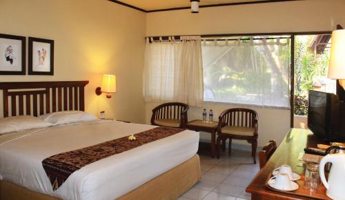 Een bed of bedden in een kamer bij Besakih Beach Hotel