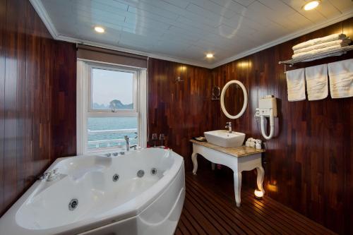 Un baño de Signature Royal Halong Cruise