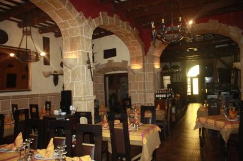 A restaurant or other place to eat at Hostal Restaurante La Diligencia