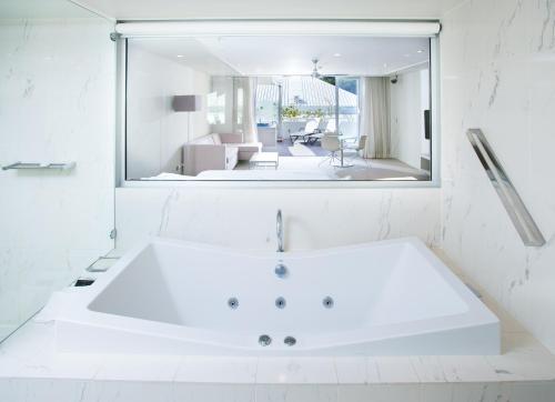 A bathroom at Sofitel Noosa Pacific Resort