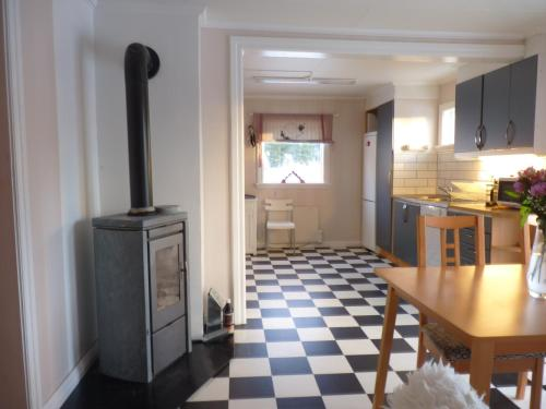A kitchen or kitchenette at Lillens Pålgård 7 personen