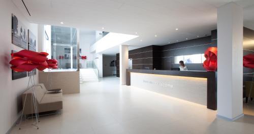 A área de receção ou átrio de Moov Hotel Évora