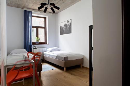 Ліжко або ліжка в номері Hostel Starówka