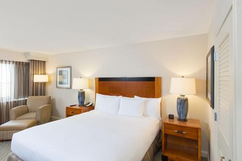 A bed or beds in a room at Hilton New York JFK Airport Hotel