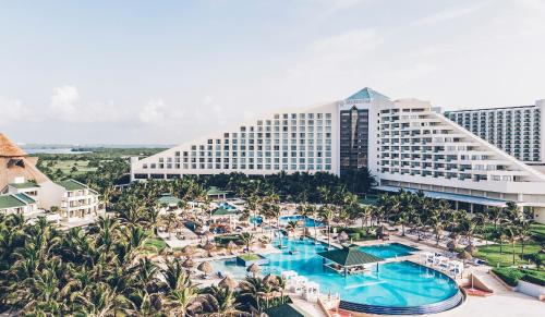 A view of the pool at Iberostar Selection Cancun or nearby
