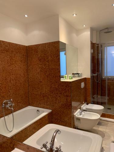 A bathroom at Hotel Deutscher Kaiser