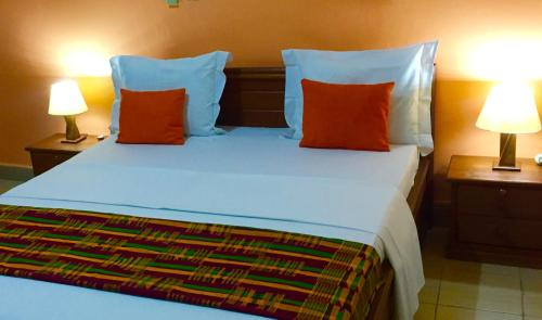 A bed or beds in a room at Bolo Residence Douala