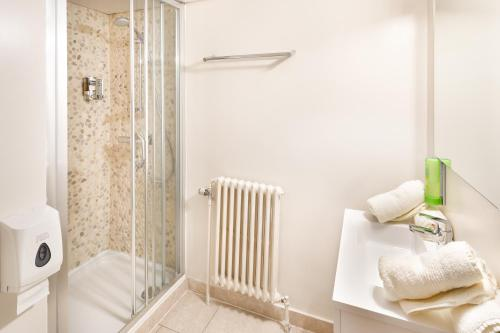 Ein Badezimmer in der Unterkunft Parkhotel