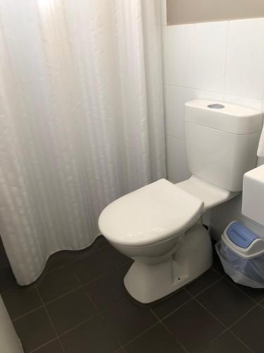 A bathroom at Stansbury Holiday Motel