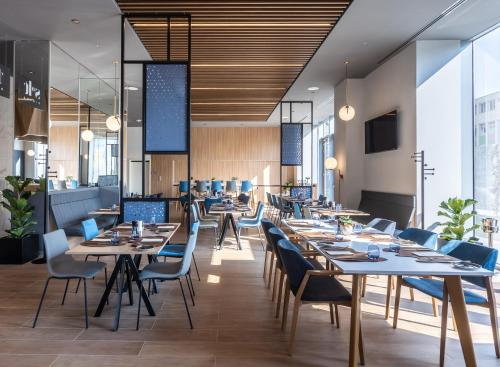 A restaurant or other place to eat at Courtyard by Marriott Bucharest Floreasca